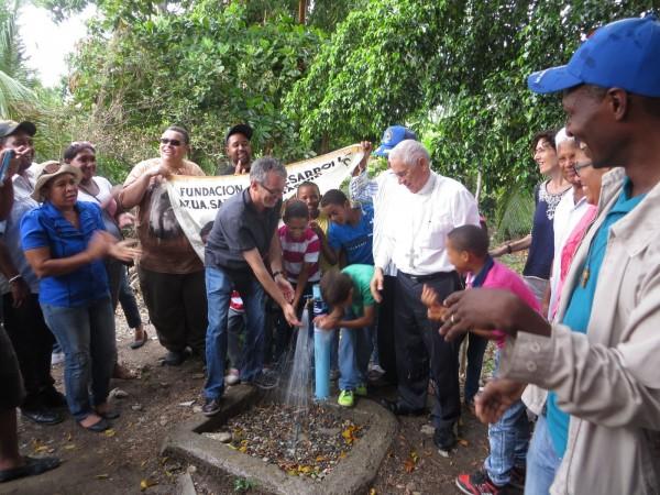 Comunidad del Km. 8 inaugura acueducto y cancha de baloncesto con alegría reflejada en sus rostros