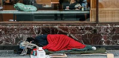 Un indigente duerme en una céntrica calle de Madrid. Por Dani Duch
