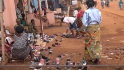 Venda ambulant de sabates a Butembo, Kivu Nord