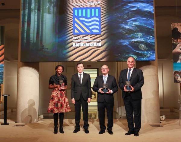 Alice Macharia, directora de proyectos de África del JGI, Rafael Pardo, presidente de la Fundación BBVA, el representante de FAPAS y Joaquín Gutiérrez Acha.