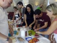 Alumnes en activitat de cuinar