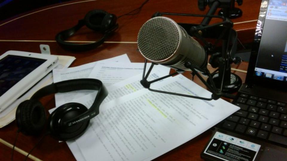 Micrófono, auriculares, guión y material vario para realizar una audiodescripcción