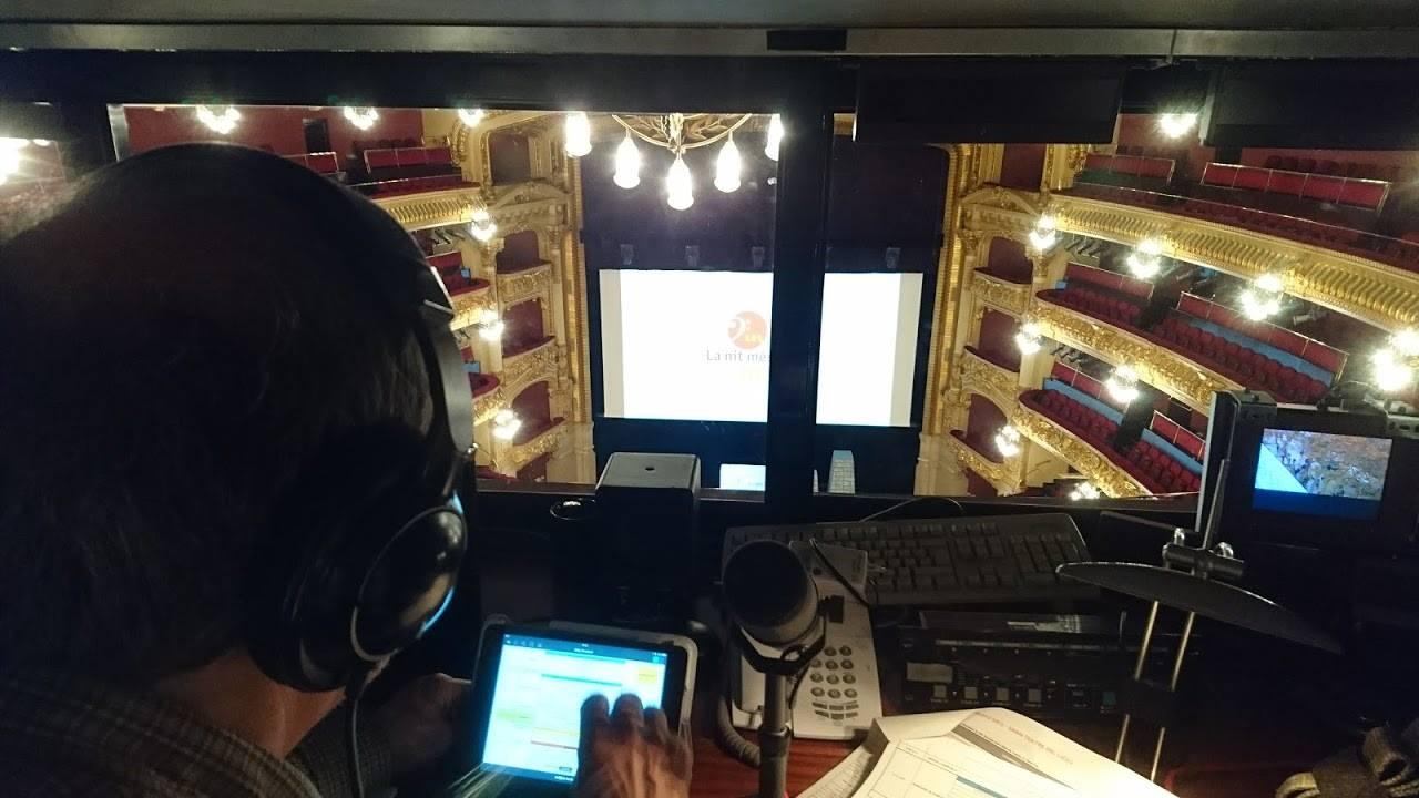 Esdeveniment amb audiodescripcció en directe vist des de la cabina d'audiodescripcció