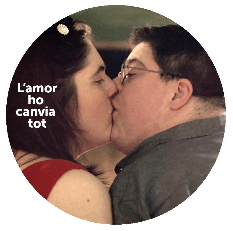 """""""l'amor ho canvia tot"""" dues persones es besan"""