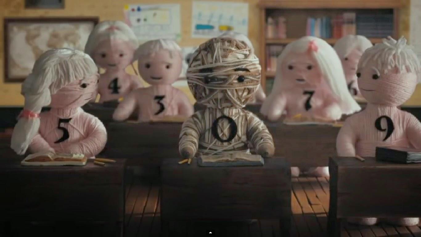 Fotograma del cortometraje Zero en el cual se ven diversos  personajes con números sentados en un aula